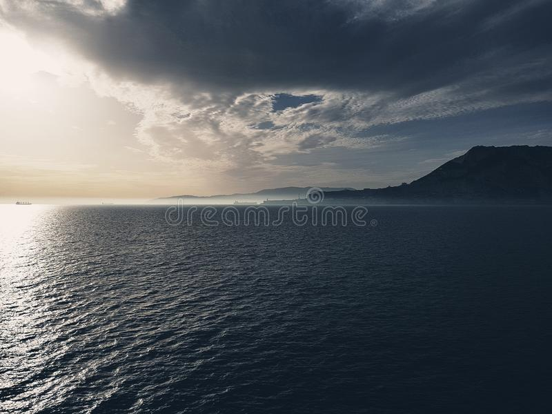 Ομίχλη στο ηλιοβασίλεμα πέρα από τη θάλασσα στο Γιβραλτάρ στοκ εικόνες