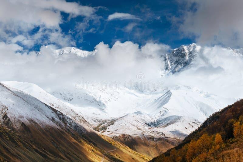 Ομίχλη Hick στο πέρασμα Goulet βουνών Γεωργία, Svaneti Ευρώπη βόρειο ossetia ρωσικά βουνών ομοσπονδίας Καύκασου alania στοκ φωτογραφίες