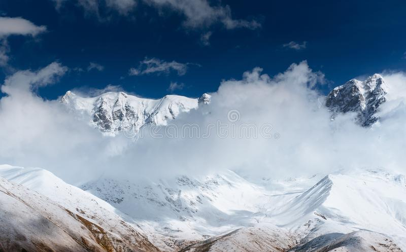Ομίχλη Hick στο πέρασμα Goulet βουνών Γεωργία, Svaneti Ευρώπη βόρειο ossetia ρωσικά βουνών ομοσπονδίας Καύκασου alania στοκ εικόνες