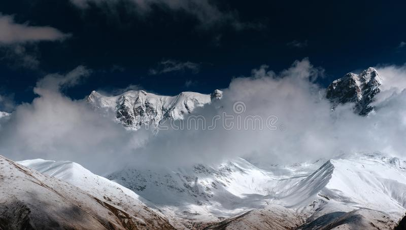 Ομίχλη Hick στο πέρασμα Goulet βουνών Γεωργία, Svaneti Ευρώπη βόρειο ossetia ρωσικά βουνών ομοσπονδίας Καύκασου alania στοκ εικόνα