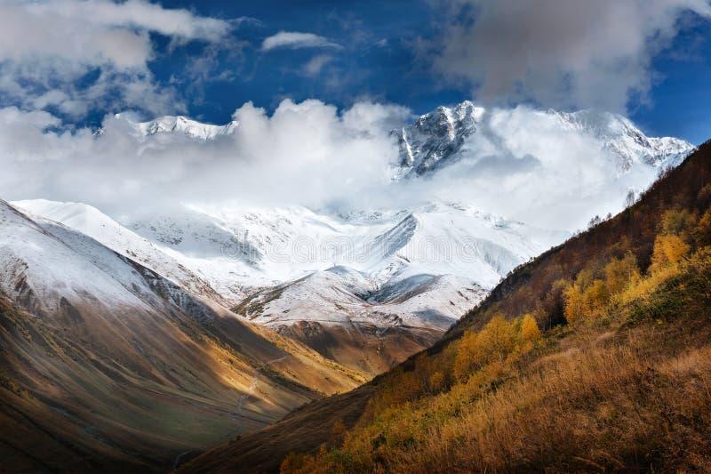 Ομίχλη Hick στο πέρασμα Goulet βουνών Γεωργία, Svaneti Ευρώπη βόρειο ossetia ρωσικά βουνών ομοσπονδίας Καύκασου alania στοκ φωτογραφία με δικαίωμα ελεύθερης χρήσης
