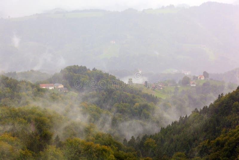 Ομίχλη πέρα από το τοπίο βουνών στοκ εικόνες