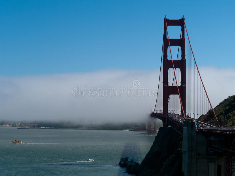 Ομίχλη που σέρνεται πέρα από τη χρυσή γέφυρα πυλών στοκ εικόνες