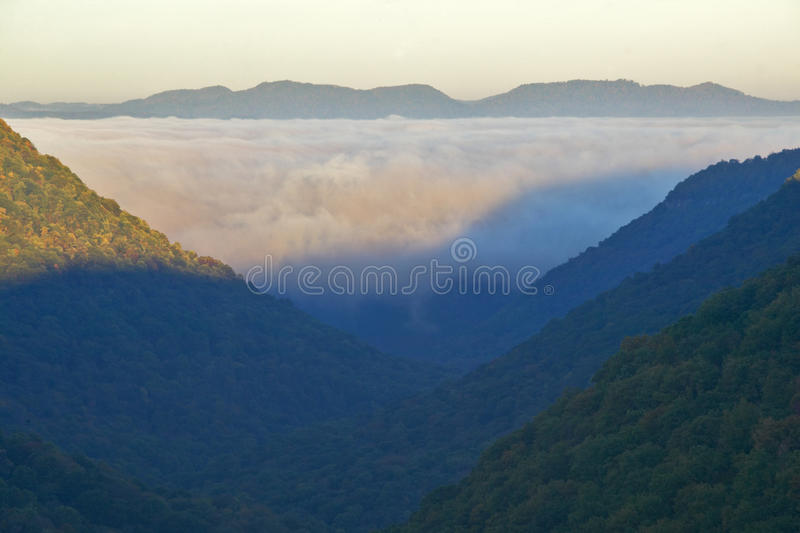 Ομίχλη πρωινού στην ανατολή στα βουνά φθινοπώρου της δυτικής Βιρτζίνια στο μπαμπκοκ κρατικό πάρκο στοκ εικόνα με δικαίωμα ελεύθερης χρήσης