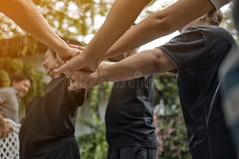 Ομαδική εργασία με τα μπράτσα και τα χέρια μας στοκ φωτογραφία