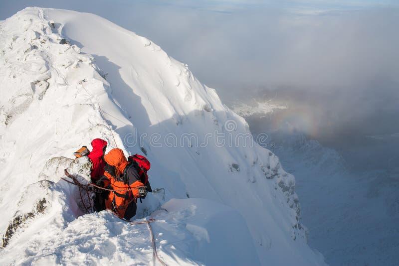 Ομαδική εργασία στον αλπινισμό ορειβασία Πέρασμα του βουνού στοκ εικόνες