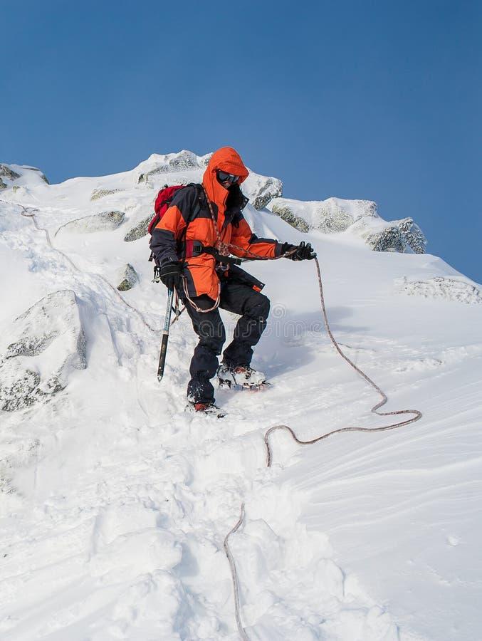 Ομαδική εργασία στον αλπινισμό ορειβασία Πέρασμα του βουνού στοκ φωτογραφίες