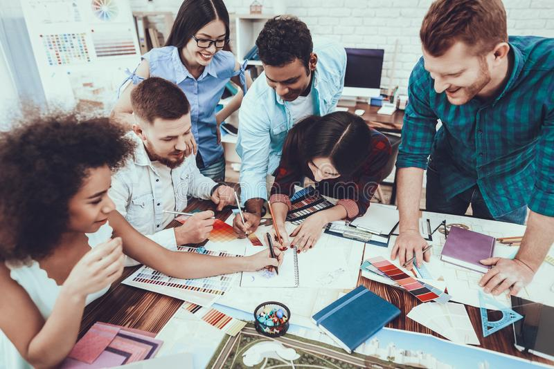 Ομαδική εργασία σχεδιαστές Διαφορετικές φυλές πρόγραμμα στοκ εικόνες