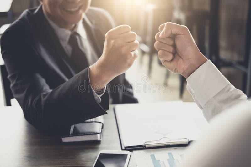 Ομαδική εργασία της συνεργασίας επιχειρηματιών που δίνει την πρόσκρουση πυγμών στο χαιρετισμό στοκ εικόνες