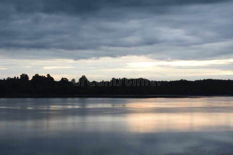 Ομαλή ηρεμία πέρα από τον ποταμό το καλοκαίρι στοκ εικόνα