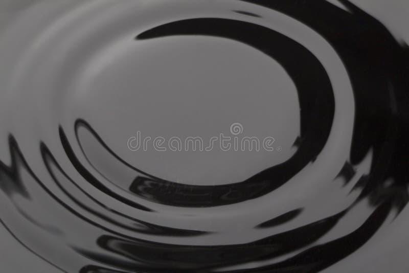 Ομαλό κύμα στο σκοτεινό νερό στοκ εικόνα με δικαίωμα ελεύθερης χρήσης