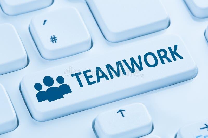 Ομαδικής εργασίας επιχειρησιακών ομάδων σε απευθείας σύνδεση πληκτρολόγιο υπολογιστών Διαδικτύου μπλε στοκ εικόνα με δικαίωμα ελεύθερης χρήσης