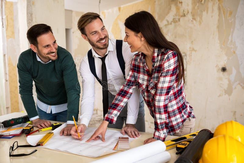 Ομαδική εργασία Τρεις νέοι αρχιτέκτονες που εργάζονται σε ένα πρόγραμμα στοκ φωτογραφία με δικαίωμα ελεύθερης χρήσης