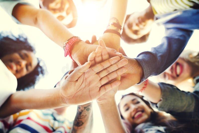 Ομαδική εργασία φοιτητών πανεπιστημίου που συσσωρεύει την έννοια χεριών στοκ εικόνα με δικαίωμα ελεύθερης χρήσης