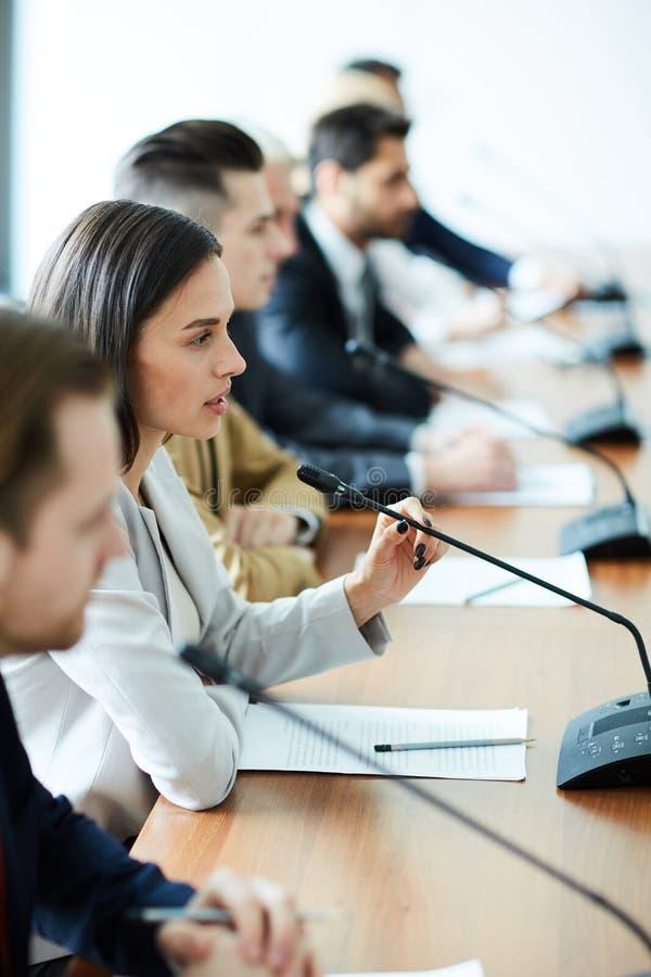 Ομιλία εκπροσώπων στοκ εικόνα με δικαίωμα ελεύθερης χρήσης