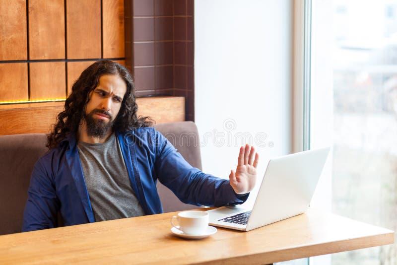 Ομιλία στάσεων! Σοβαρό όμορφο νέο ενήλικο άτομο freelancer στην περιστασιακή συνεδρίαση ύφους στον καφέ και την ομιλία με τον αντ στοκ εικόνες με δικαίωμα ελεύθερης χρήσης