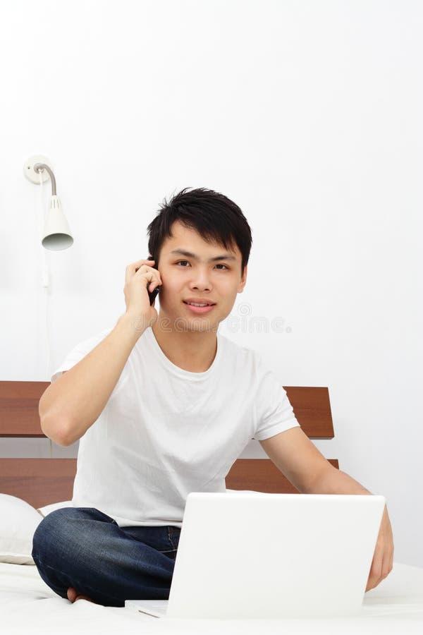 Ομιλία στο τηλέφωνο στοκ εικόνα