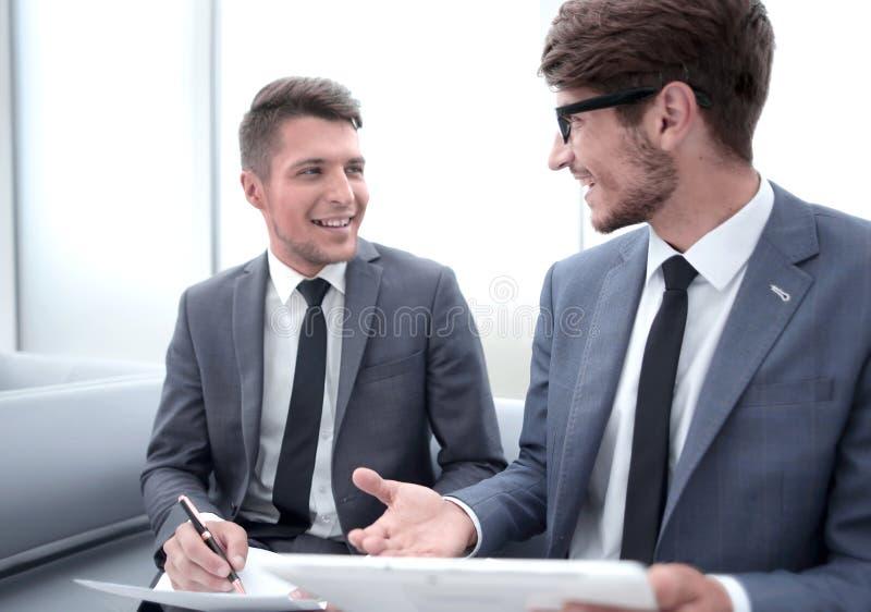 Ομιλία Businesspeople στην αρχή και πληροφορίες γραψίματος στοκ φωτογραφίες