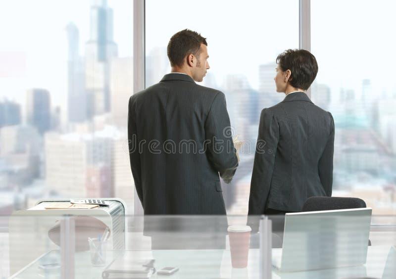 Ομιλία Businesspeople στοκ φωτογραφία με δικαίωμα ελεύθερης χρήσης