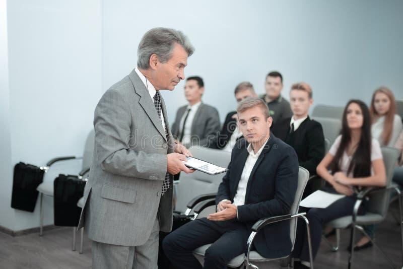 Ομιλητής που δίνει μια συζήτηση στην εταιρική επιχειρησιακή διάσκεψη στοκ εικόνες με δικαίωμα ελεύθερης χρήσης