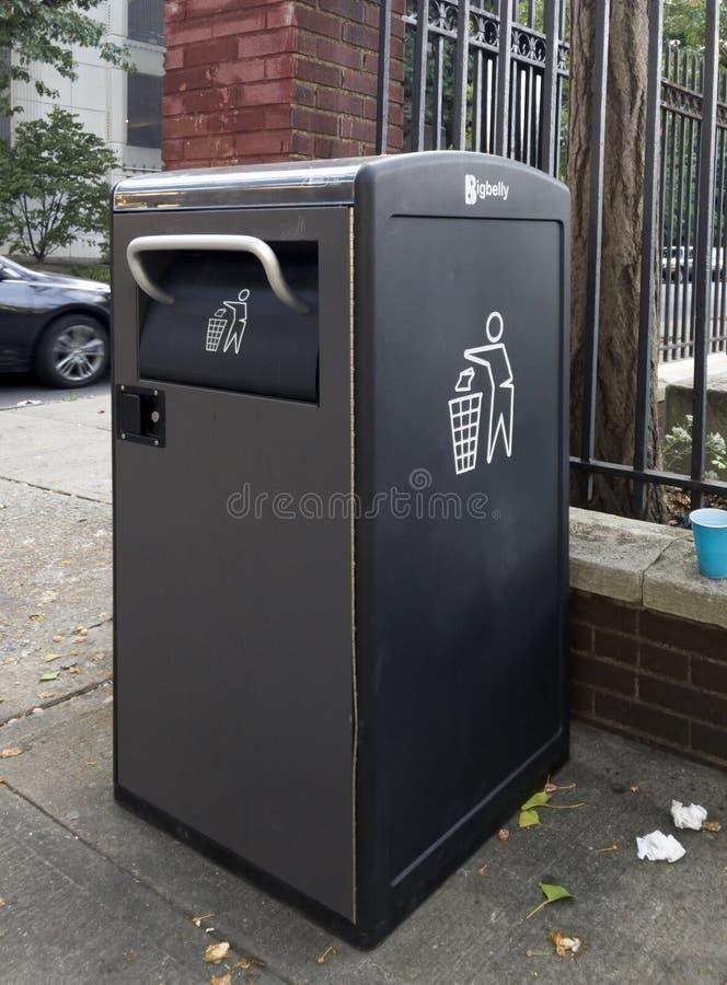 Ομιλούντα δοχεία απορριμμάτων Bigbelly στην τοπική Κοινότητα Bronx στοκ φωτογραφίες