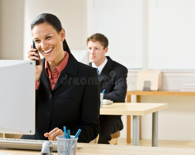 Download ομιλούν τηλέφωνο επιχει&rho Στοκ Εικόνα - εικόνα από τηλέφωνο, γραφείο: 17055459
