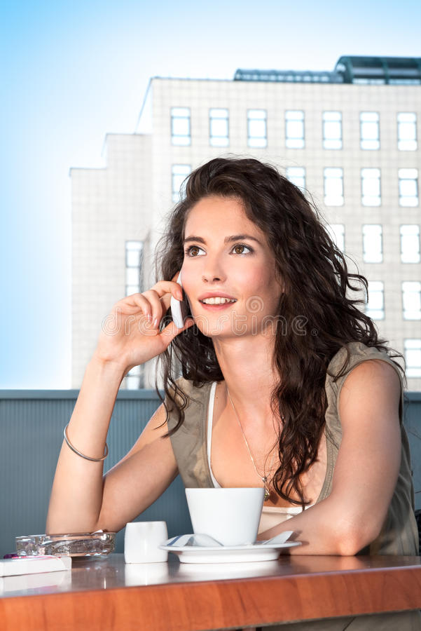 ομιλούσα γυναίκα επιχειρησιακών κινητών τηλεφώνων στοκ φωτογραφίες με δικαίωμα ελεύθερης χρήσης