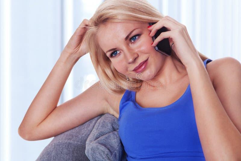 ομιλούσες νεολαίες γυναικείου κινητές phonee στοκ φωτογραφίες