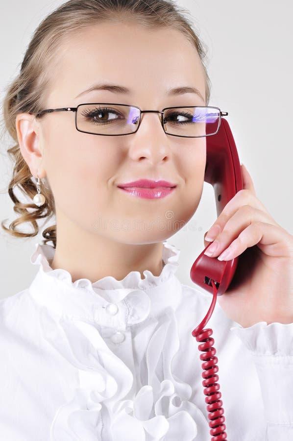 ομιλούσες νεολαίες γυναικών επιχειρησιακών τηλεφώνων στοκ φωτογραφίες με δικαίωμα ελεύθερης χρήσης