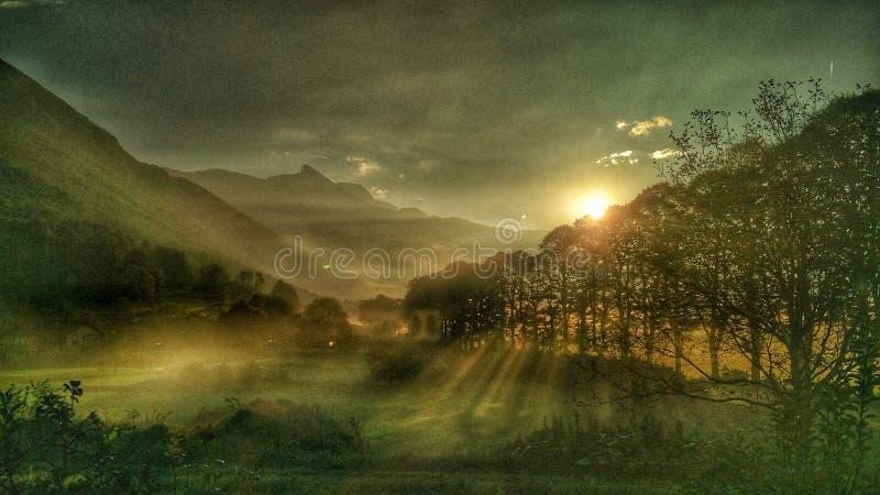Ομιχλώδεις λόφοι και ανατολή στοκ φωτογραφία