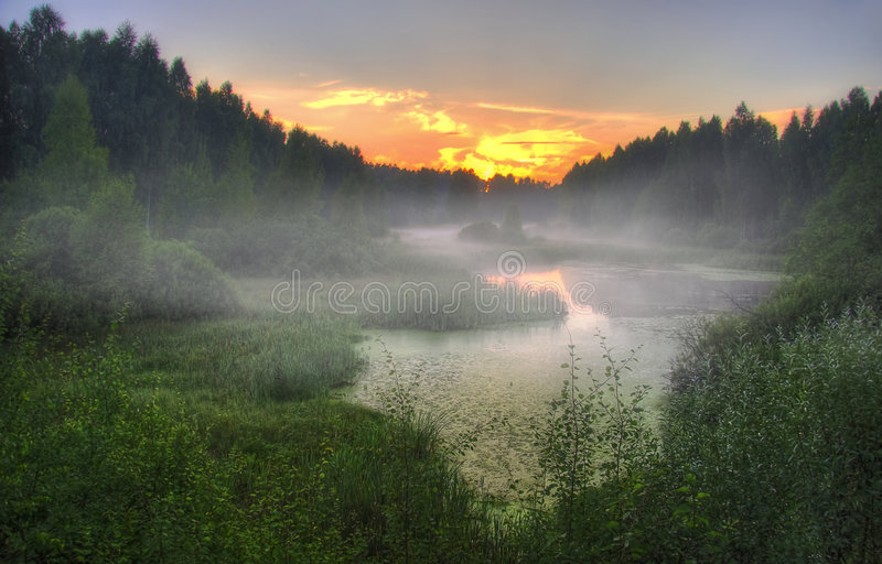 ομιχλώδες ηλιοβασίλεμ&a στοκ εικόνες