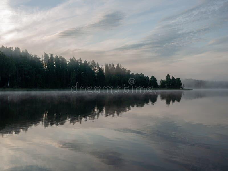 Ομιχλώδες και μυστικό τοπίο λιμνών στοκ εικόνες