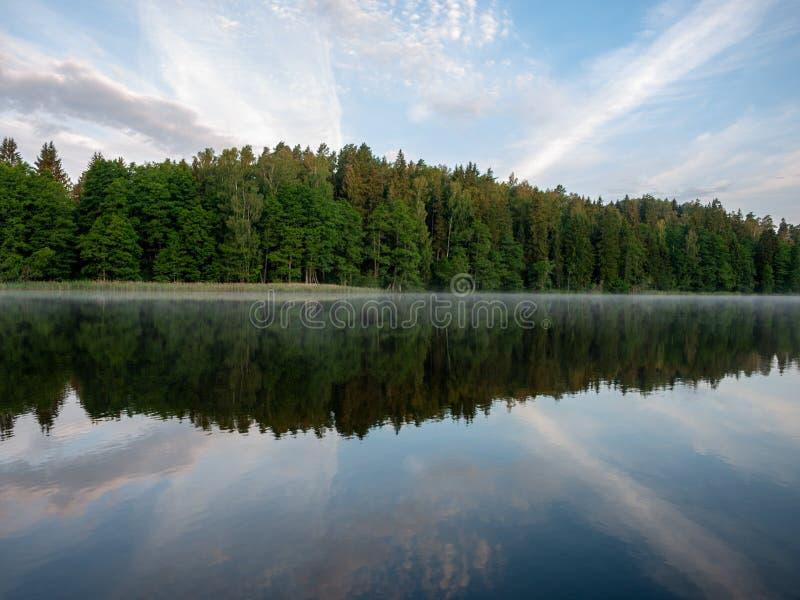 Ομιχλώδες και μυστικό τοπίο λιμνών στοκ εικόνα