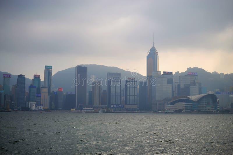 Ομιχλώδες Χονγκ Κονγκ στο λιμάνι Βικτώριας από την προκυμαία Tsim Sha Tsui στοκ εικόνες