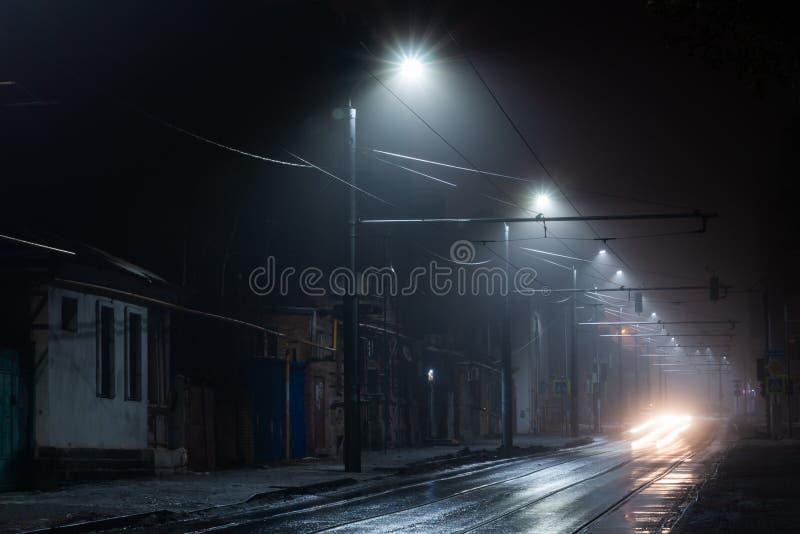 Ομιχλώδης misty νύχτα φωτεινών σηματοδοτών Διαδρομή τραμ σε μια οδό πόλεων στοκ εικόνες