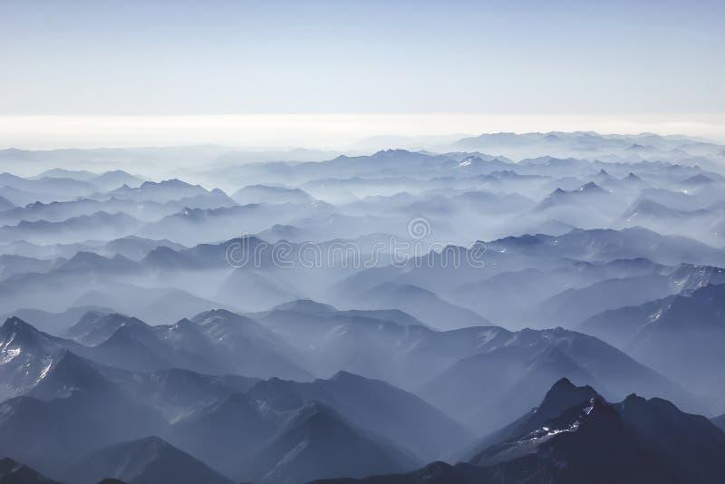 Ομιχλώδη βουνά από τον ουρανό στοκ φωτογραφίες με δικαίωμα ελεύθερης χρήσης