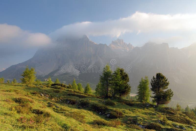 Ομιχλώδες θερινό πρωί στις Άλπεις της Ιταλίας, δολομίτες, Ευρώπη στοκ φωτογραφία