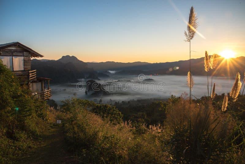 Ομιχλώδες τοπίο βουνών κάτω από τον ουρανό πρωινού Phu Langka, Ταϊλάνδη στοκ φωτογραφίες με δικαίωμα ελεύθερης χρήσης