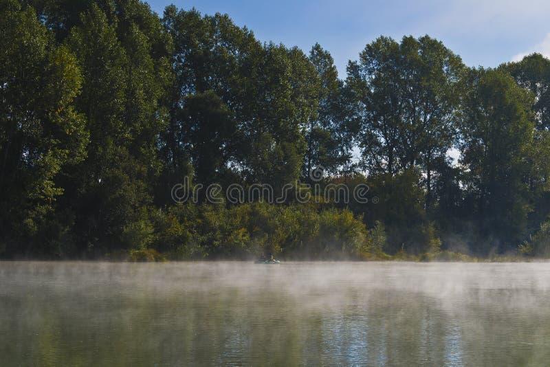 Ομιχλώδες τοπίο πρωινού στον ποταμό. στοκ φωτογραφίες με δικαίωμα ελεύθερης χρήσης