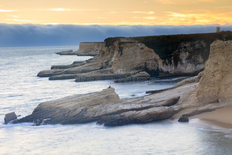 Ομιχλώδης ακτή ηλιοβασιλέματος στοκ φωτογραφία με δικαίωμα ελεύθερης χρήσης