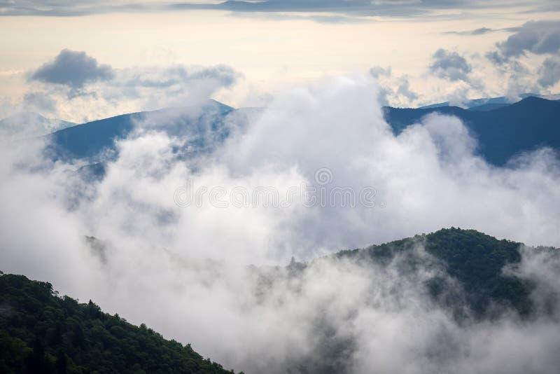 Ομιχλώδης ανατολή πέρα από τον μπλε χώρο στάθμευσης κορυφογραμμών στοκ εικόνες