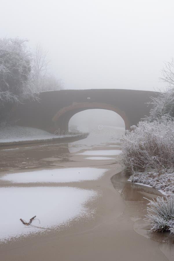Ομιχλώδης γέφυρα καναλιών στοκ εικόνα