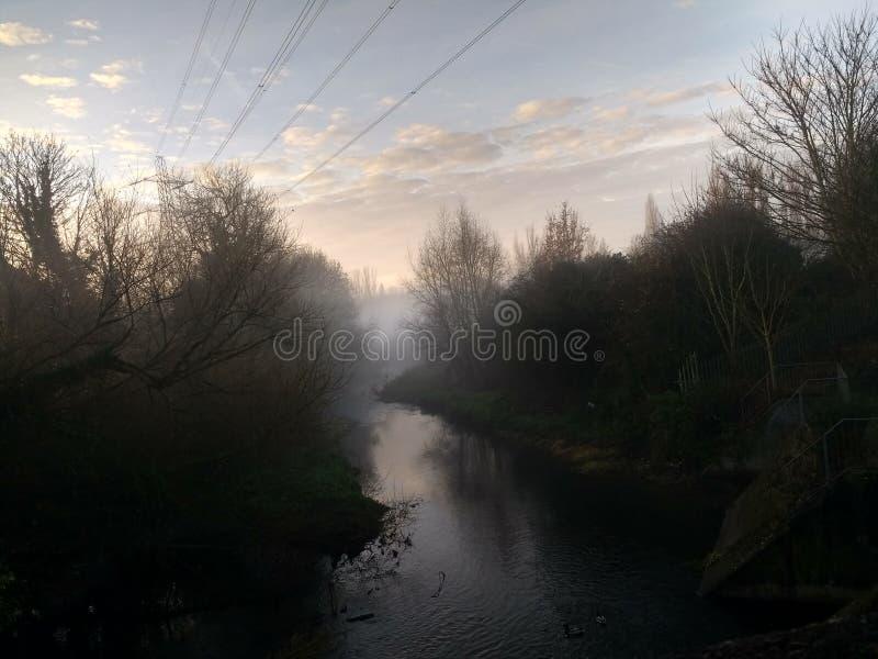 Ομιχλώδης ποταμός στοκ εικόνα με δικαίωμα ελεύθερης χρήσης