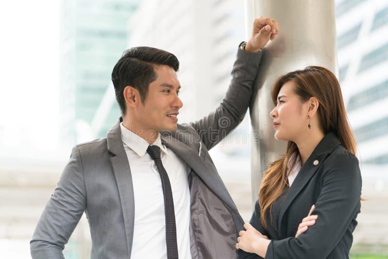 Ομιλία ανδρών και γυναικών δύο επιχειρήσεων στοκ εικόνες