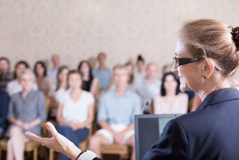 Ομιλία κατά τη διάρκεια της κατάρτισης στοκ εικόνα με δικαίωμα ελεύθερης χρήσης