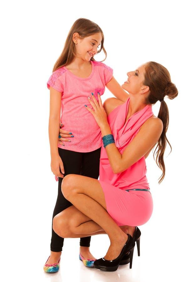 Ομιλία μητέρων και κορών που απομονώνεται πέρα από το άσπρο υπόβαθρο στοκ φωτογραφία με δικαίωμα ελεύθερης χρήσης