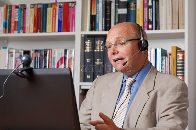 Ομιλητής με τον υπολογιστή, τη κάμερα και την κάσκα στοκ εικόνες με δικαίωμα ελεύθερης χρήσης