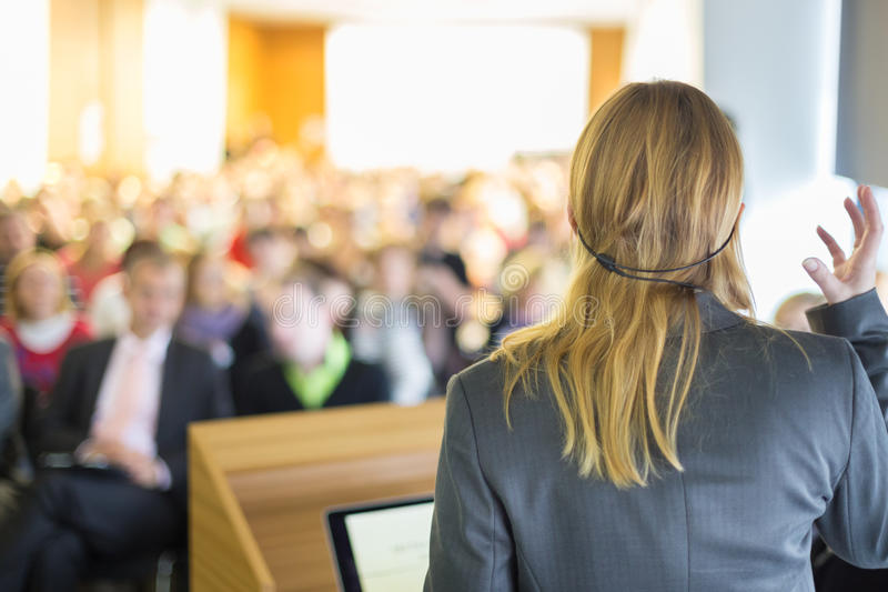 Ομιλητής στην επιχειρησιακές διάσκεψη και την παρουσίαση στοκ φωτογραφία με δικαίωμα ελεύθερης χρήσης