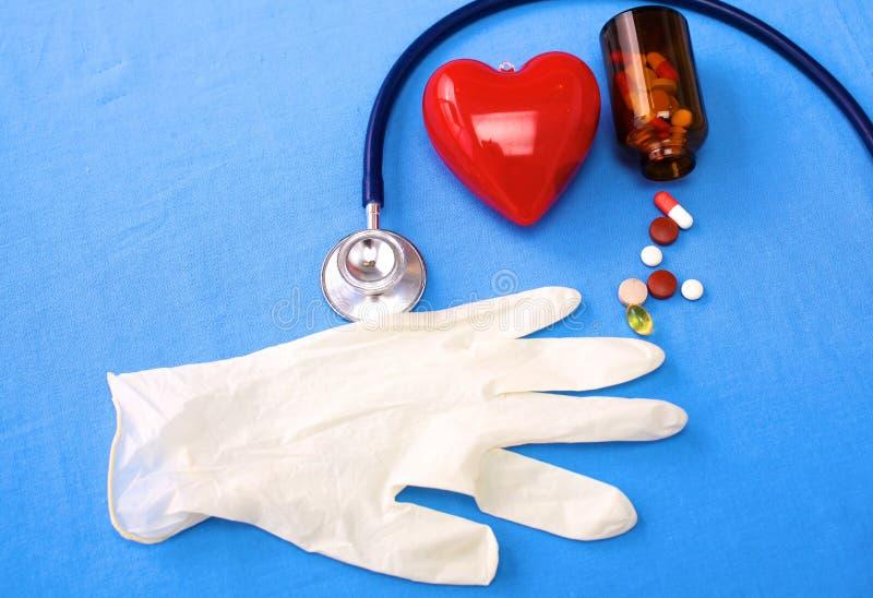 Ομοιόμορφος χειρούργος με το στηθοσκόπιο, την καρδιά και τα χάπια στοκ εικόνα