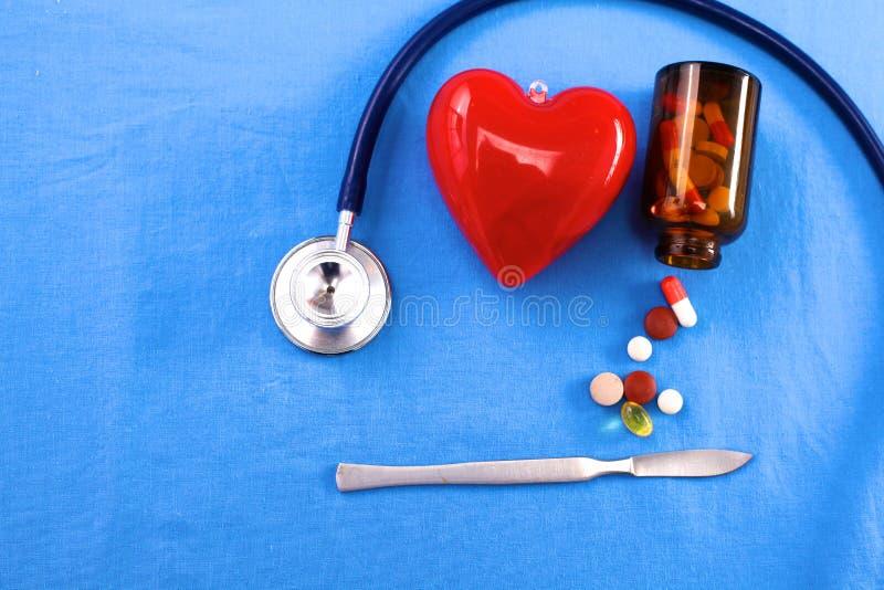Ομοιόμορφος χειρούργος με το στηθοσκόπιο, την καρδιά και τα χάπια στοκ φωτογραφία